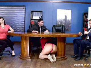 Порно видео в офисе в чулках